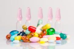 细颈瓶和药片 库存图片