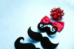 颊须圣诞树,有一个红色蝶形领结的,行家的圣诞卡片 免版税图库摄影