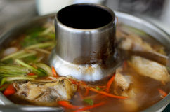 颊须在辣和酸汤的板料鱼 图库摄影