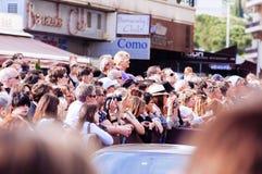 题名和电影迷在Palais之外会集在第65加州 免版税库存照片