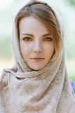 题头的Alm美丽的少妇 库存图片
