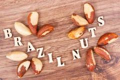 题字包含自然矿物和维生素的巴西坚果和果子 库存照片