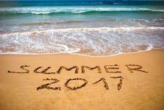 题字在湿沙子夏天2017年 暑假概念照片在热带海岛海洋海滩的 库存图片