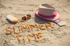 题字夏时、辅助部件晒日光浴的和护照与货币欧元,旅行时间概念 图库摄影