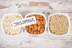 题字失眠用最佳的食物当来源褪黑素和色氨酸 健康睡眠概念 免版税图库摄影