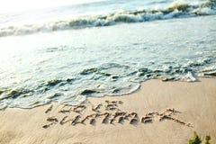 题字我爱在沙子的夏天在海滩 免版税库存照片