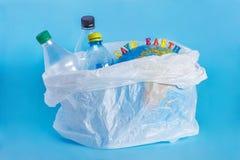 题字救球地球,塑料瓶,在polye的抽象地球 免版税库存照片