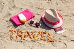 题字旅行、辅助部件晒日光浴的和护照与货币美元在海滩,夏时 库存图片