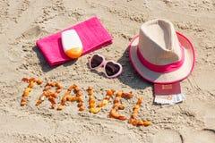 题字旅行、辅助部件晒日光浴的和护照与货币欧洲在海滩,夏时概念 免版税库存照片
