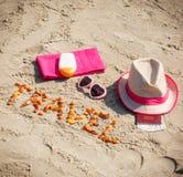 题字旅行、辅助部件晒日光浴的和护照与货币美元在海滩、假期或者夏时概念 免版税图库摄影