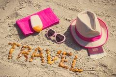 题字旅行、辅助部件晒日光浴的和护照与货币美元在海滩,夏时概念 免版税图库摄影