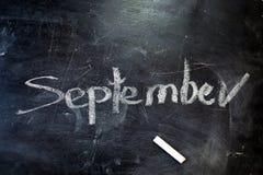 题字是9月1日 在黑板的白垩 库存照片