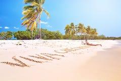 题字沙子海滩妇女晒日光浴蓝天加勒比海古巴放松的潜航的管面具 免版税图库摄影