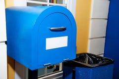 题字的葡萄酒蓝色邮箱白色空白的标签 库存图片