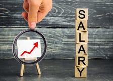 题字薪金和红色箭头 薪金,工资率增量  促进,事业成长 提高标准  免版税库存照片
