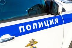 题字警察和象征在俄国警车板  免版税库存图片