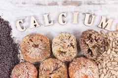 题字钙和自然成份当来源维生素、矿物和纤维 免版税图库摄影