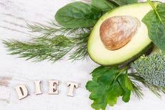 题字饮食用包含自然矿物、维生素和纤维,健康营养概念的水果和蔬菜 免版税库存照片