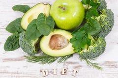 题字饮食用绿色水果和蔬菜当来源维生素和矿物,健康营养概念 免版税库存照片