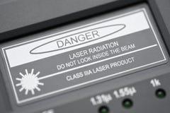 题字,当测量的光纤危险激光辐射不看在射线里面 免版税库存照片