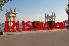 题字`俄罗斯2018年`的设施在鲁斯将主持世界杯足球赛伏尔加格勒的中央散步登上了  免版税库存照片