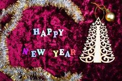 题字& x22; 愉快的新的Year& x22;在天鹅绒背景,圣诞节装饰 免版税库存图片