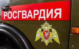 题字` Rosgvardia俄罗斯联邦的国民警卫队的队伍的`和象征 免版税库存图片