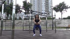 题材体育和健康生活方式 有卷发做锻炼的tatoo运动员的训练年轻白种人的妇女  影视素材