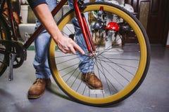 题材修理自行车 一个白种人人` s手用途的特写镜头手工工具自行车用工具加工插孔锥体Wrenc调整和安装 库存照片
