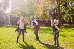 题材家庭活跃休闲外部本质上 有四个孩子的大白种人家庭 有效地放松的妈妈和的爸爸 ?? 库存图片