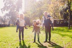 题材家庭活跃休闲外部本质上 有四个孩子的大白种人家庭 有效地放松的妈妈和的爸爸 ?? 免版税库存照片
