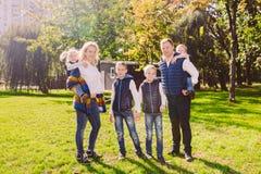 题材家庭活跃休闲外部本质上 有四个孩子的大白种人家庭 有效地放松的妈妈和的爸爸 ?? 免版税图库摄影