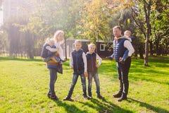 题材家庭活跃休闲外部本质上 有四个孩子的大白种人家庭 有效地放松的妈妈和的爸爸 ?? 库存照片