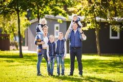 题材家庭活跃休闲外部本质上 有四个孩子的大白种人家庭 有效地放松的妈妈和的爸爸 ?? 免版税库存图片