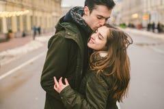 题材爱和浪漫史 白种人年轻人在爱学生拥抱和亲吻在中心的男朋友女孩的异性爱夫妇 免版税库存照片