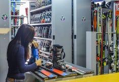 题材酊修理滑雪设备滑雪 一个白种人妇女` s手用途的特写镜头一件手提式螺丝刀工具扭捏,扭转双 免版税图库摄影