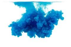 颜色下落在水中,被拍摄的行动 免版税库存图片