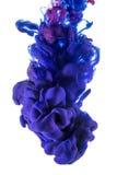颜色下落 在白色背景的紫罗兰色和桃红色墨水 库存图片