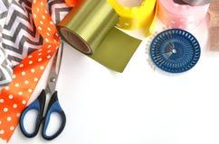 颜色丝带、剪刀和别针做的平的位置在白色背景 库存照片