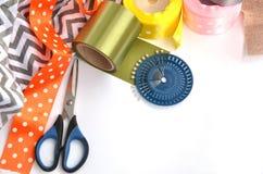 颜色丝带、剪刀和别针做的平的位置在白色背景 图库摄影