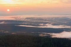 颜色使充满活力红色的日落环境美化 有薄雾的谷的看法 库存图片