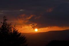颜色使充满活力红色的日落环境美化 图库摄影