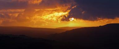颜色使充满活力红色的日落环境美化 库存照片