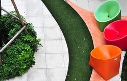 颜色充分的装饰在shoping的庭院里 库存照片