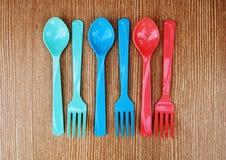 颜色匙子和叉子 免版税图库摄影