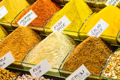 颜色和味道在香料市场上 免版税库存图片