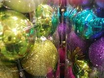 颜色圣诞树装饰 免版税图库摄影