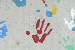颜色在一个混凝土墙的手印刷品 免版税图库摄影