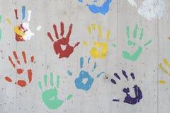 颜色在一个混凝土墙的手印刷品 库存图片