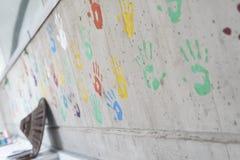 颜色在一个混凝土墙的手印刷品 库存照片
